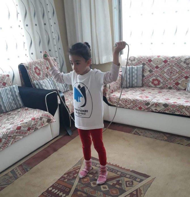 Yunusemreli badmintoncular antrenmanlarına evden devam ediyor