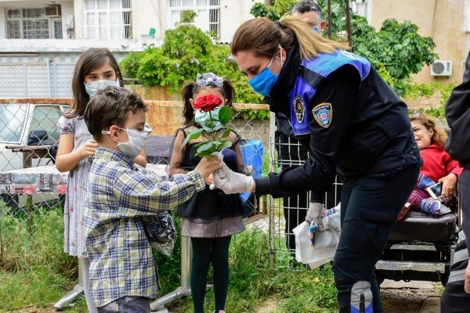 Polis evden çıkmayan çocukların istedikleri oyuncakları getirdi
