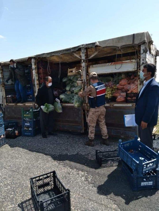 Karantina altındaki köylere sebze ve meyve dağıtıldı