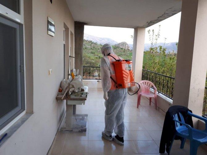 Korona virüs testi pozitif çıkan ailelerin evleri dezenfekte edildi