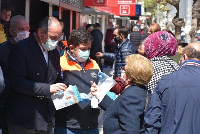 Gemlik Belediyesi'nden vatandaşlara 200 bin maske