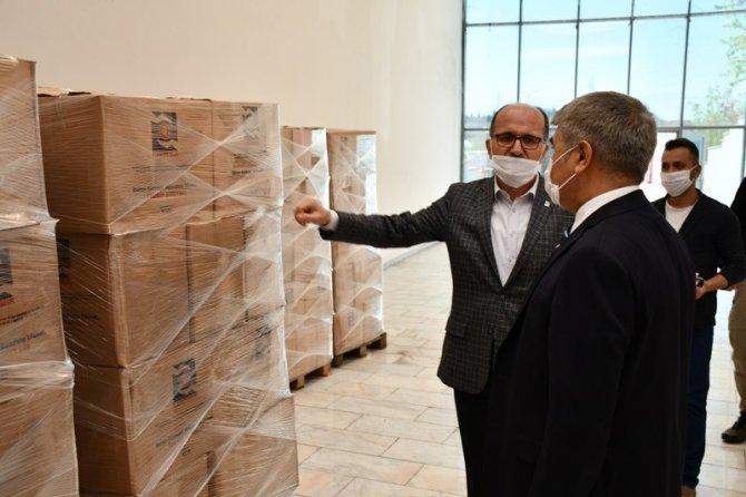 KARDEMİR işçileri gıda yardımlarını vatandaşa bağışladı