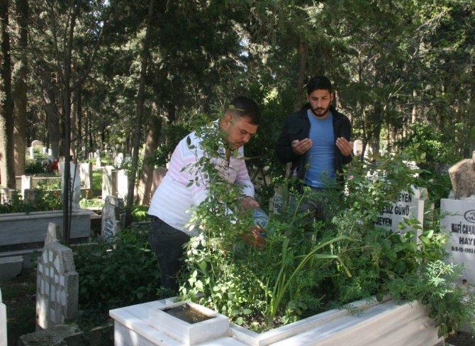 Korona virüs nedeniyle mezarlıklara ziyaretler azaldı