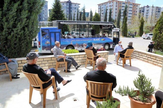 Elazığ'da tur otobüsüyle huzur evi sakinlerine konser