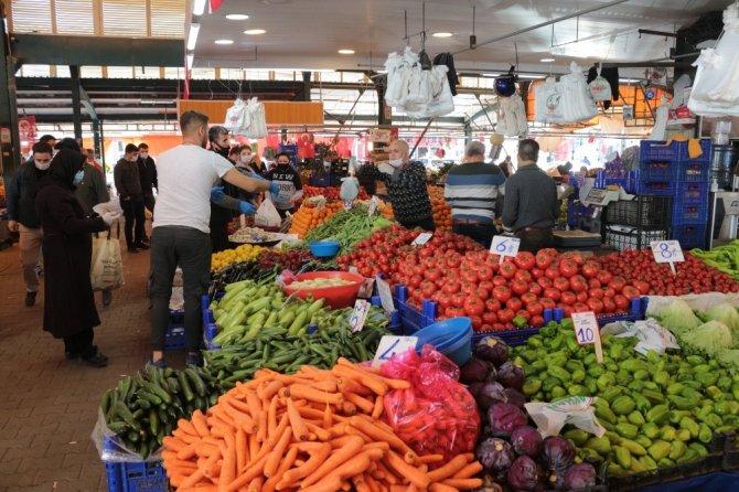 Alışveriş yapanlar sosyal mesafeye uymadı