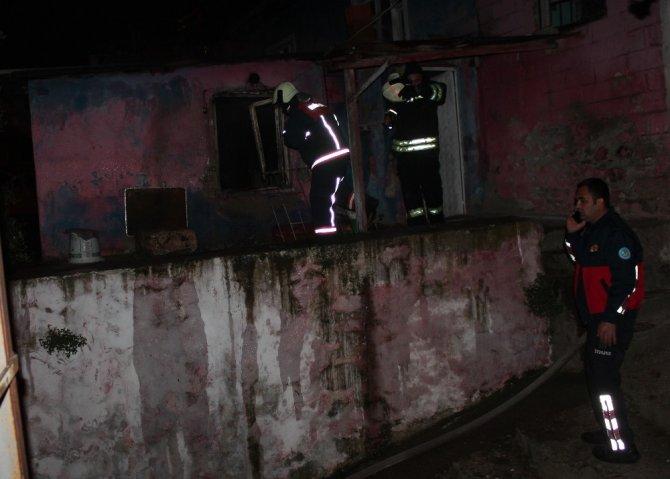 Tek katlı ev çıkan yangında kullanılamaz hale geldi