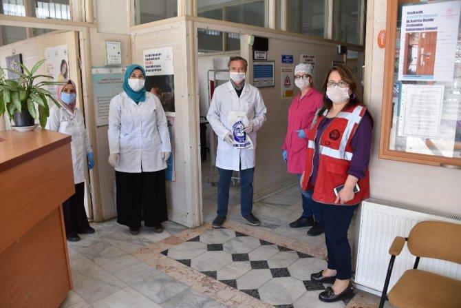 Salihli Belediyesinin ürettiği ilk maskeler sağlık çalışanlarına