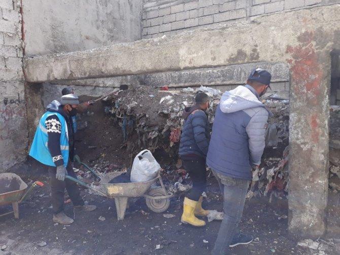 Çaldıran'da yıllarca çöp yığınlarının biriktiği arka sokaklar temizlendi