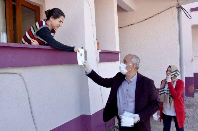 Başkan Aydın ev ev dolaşarak maske dağıttı