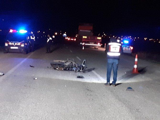 Şuhut'ta motosiklet tıra arkadan çarptı: 1 ölü