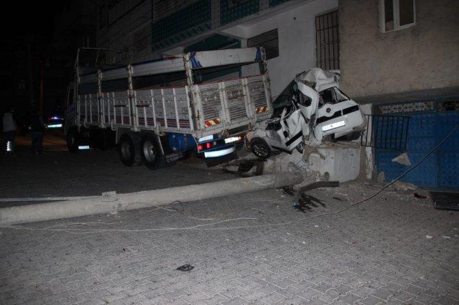 Freni boşalan kamyon park halindeki aracı biçti