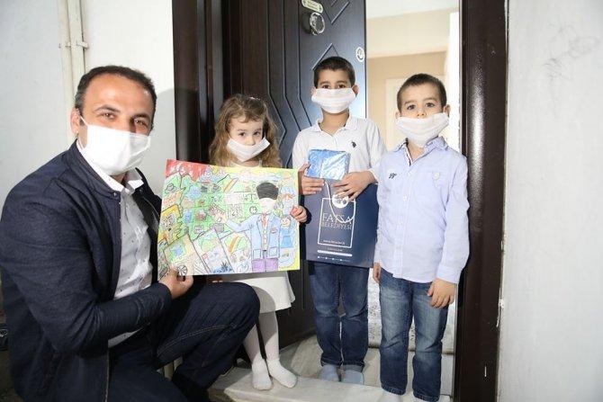 Başkan Kibar, 23 Nisan ödüllerini öğrencilere evlerinde teslim etti