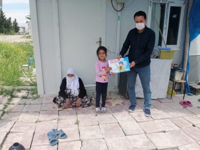 Samsat'ta evde kalan çocuklara kitap dağıtıldı