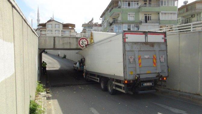 Kargo kamyonu hemzemin geçitte sıkıştı