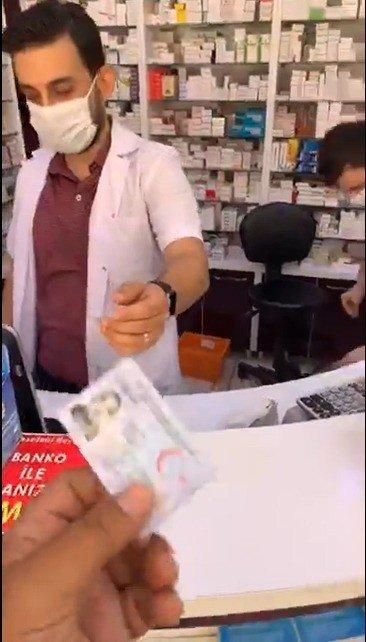 Türkiye aşığı Fransız'dan marketten sonra eczaneden kimlikle maske alma videosu