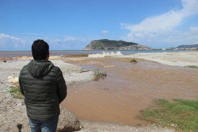 Alanya'da denizin rengi kahverengiye dönüştü