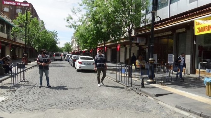 Diyarbakır'da kısıtlama kalktı, vatandaşlar sosyal mesafe kuralına uyarak dışarı çıktı