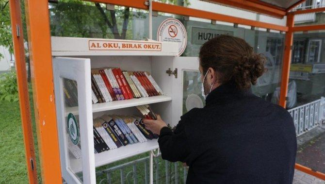 Edirne'de duraklara ücretsiz kitap bırakıldı