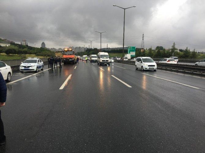 TEM'de kaza yapan hafriyat kamyonu trafiği felç etti