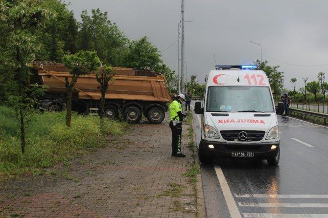Kontrolden çıkan hafriyat kamyonu makaslayarak durabildi: 1 yaralı
