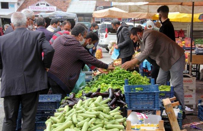 Erzincan'da semt pazarında hareketlilik