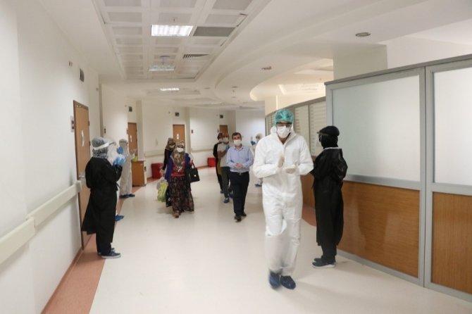 Virüsü yenen 5 kişi alkışlarla evine gönderildi