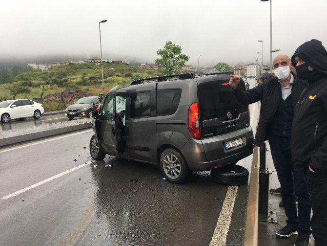 Maltepe'de minibüsle otomobil kafa kafaya çarpıştı: 2 yaralı