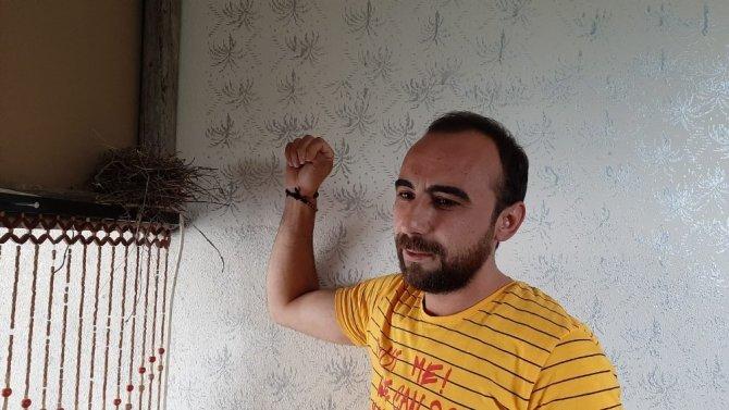 Korona tedbirinde kapatılan berber dükkanına kuşlar yuva yaptı