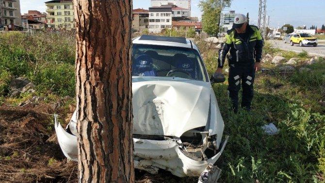 Samsun'da direksiyonu kilitlenen otomobil ağaca çarptı: 1 yaralı