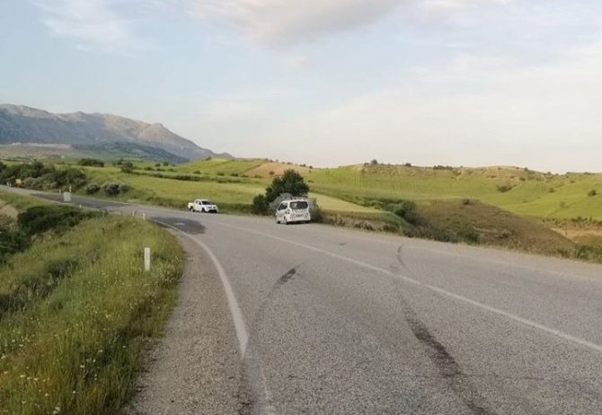 Kahta'da otomobil şarampole yuvarlandı