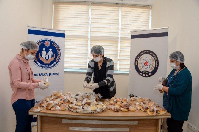 Polis eşlerinin hazırladığı el emeği ürünler gece görev yapan polislere ikram edildi