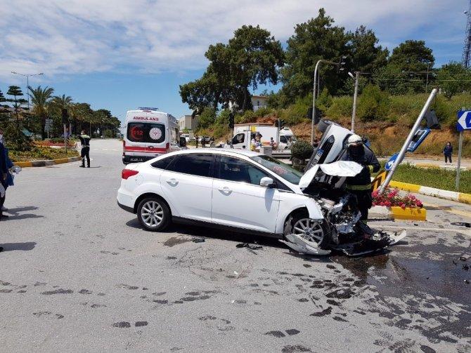 Antalya'da kazaya karışan otomobil yerden havalanıp takla attı: 3 yaralı