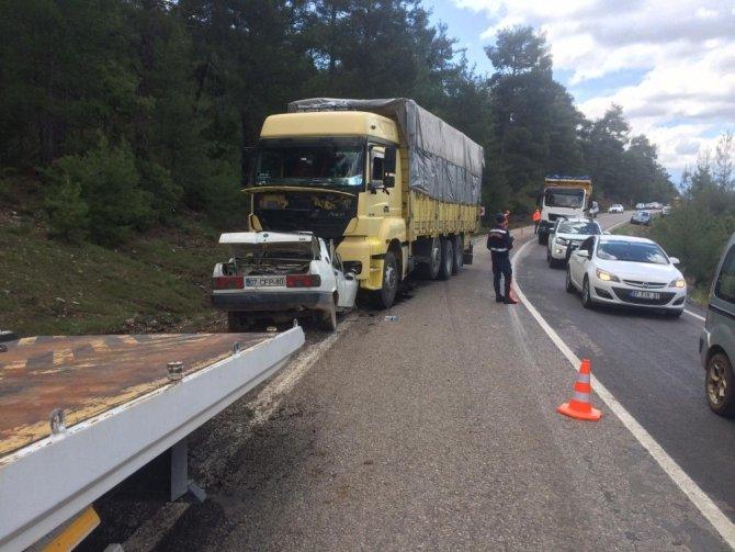 Antalya'da otomobil ve kamyonet çarpıştı: 3 yaralı