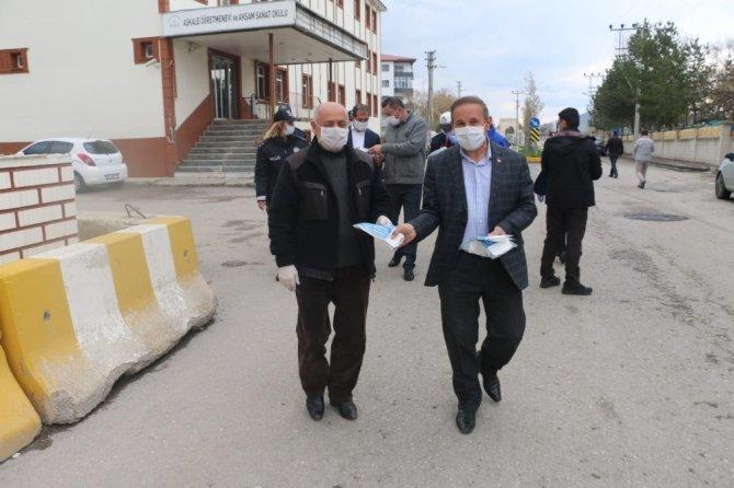 Kaymakam ve Belediye Başkanı vatandaşlara maske dağıttı