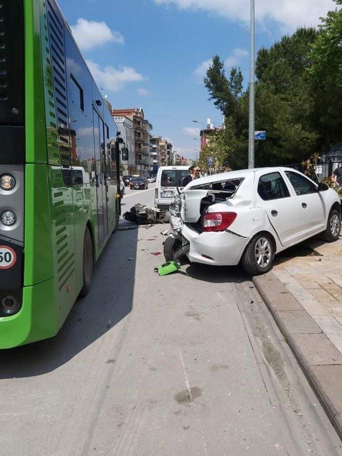 Kontrolden çıkan otobüs park halindeki otomobiller ve motosiklete çarptı