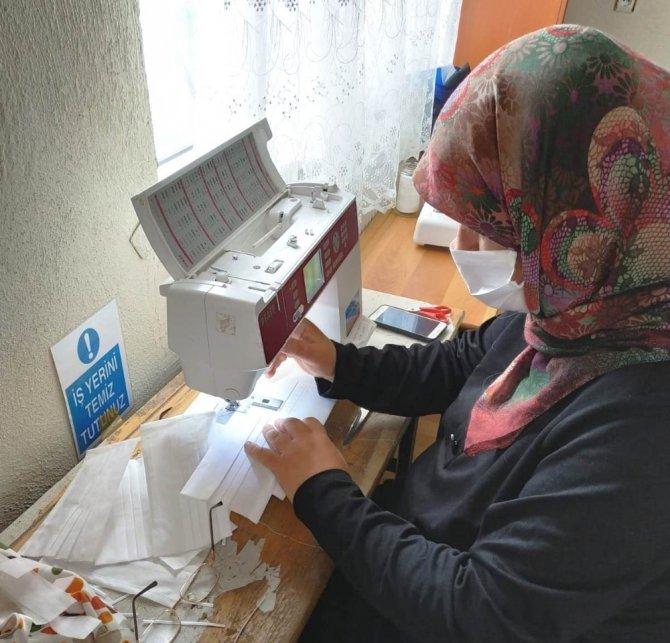 Hisarcık'ta gönüllü kursiyerlerden maske üretim seferberliğine destek