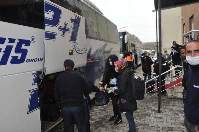 İrlanda'dan Kars'a gelen 115 kişi ailelerine kavuşmak için yola çıktı
