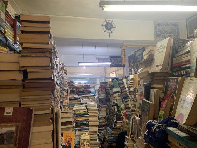 Günlerini 33 metrekarelik dükkanda 40 bin kitap arasında geçiriyor