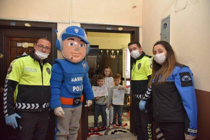 Kanka polis evde kalan çocuklara hediyeler götürdü