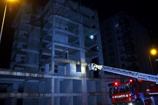İnşaatın çatısına çıktığı söylenen şahıs ekipleri harekete geçirdi