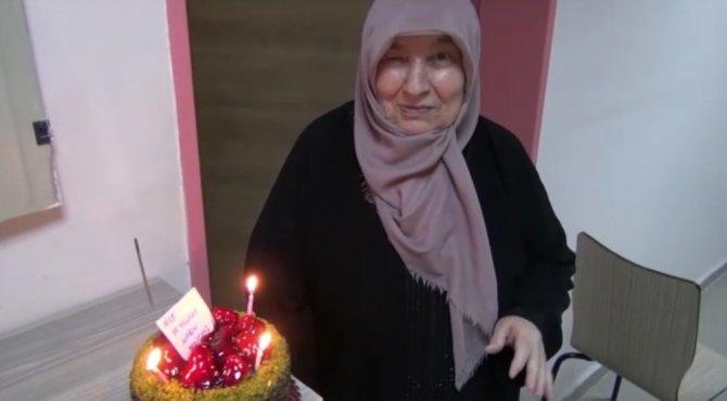 İlk kez doğum gününü 75 yaşında karantina yurdunda kutladı