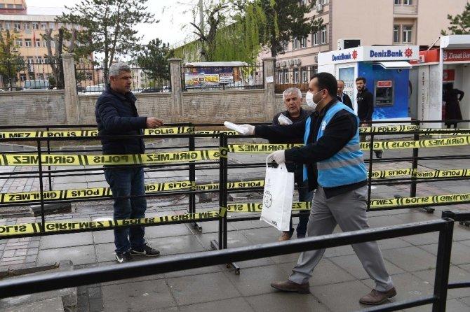 Muş Belediyesi ekipleri ücretsiz maske dağıtmaya devam ediyor