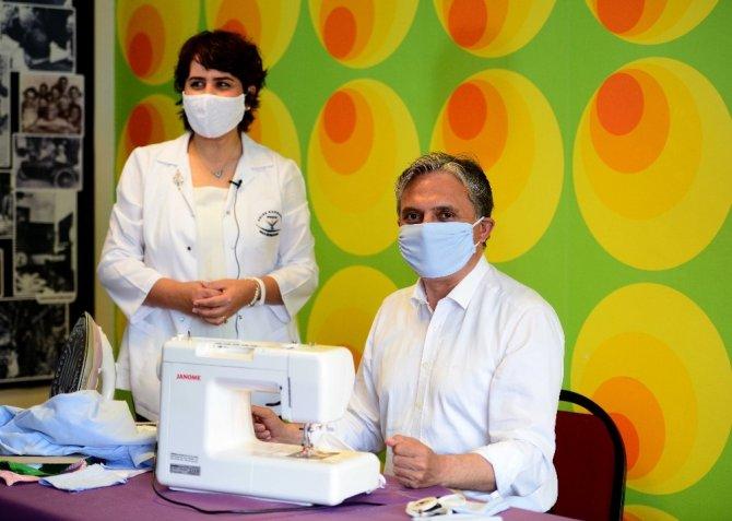 Başkan Uysal, dikiş makinesinin başına geçti, maske dikti