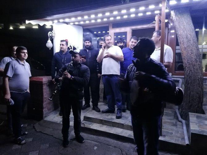 Ramazan davulcuları, klarnet ve darbukalarıyla sokakları şenlendirerek bahşiş topladı