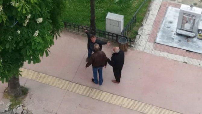 Gündüz vakti alkol alan şahıs yoldan geçenlere saldırdı