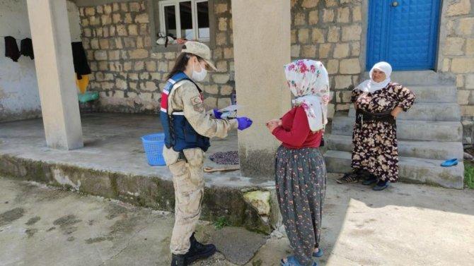 Jandarma ekipleri, 65 yaş ve üstü vatandaşların maaşlarını çekerek evlerinde teslim etti