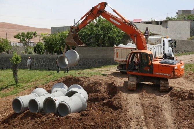 Cizre Belediyesi yağmurlama hattı döşeme çalışmalarına devam ediyor