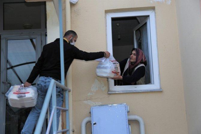 İhtiyaç sahiplerinin yemeği evlerine götürülüyor