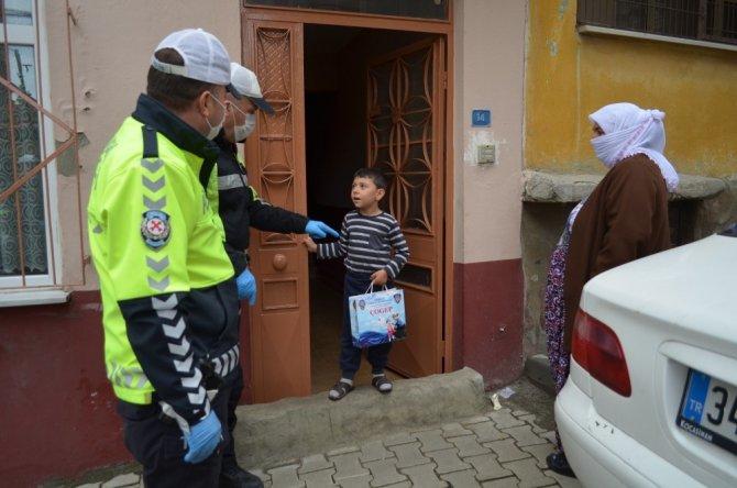 Polis çocuklar için kapı kapı gezip hediye dağıttı
