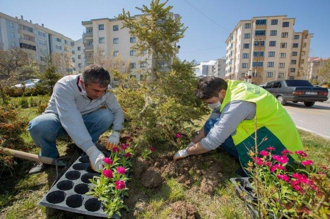 İpekyolu'ndaki park ve bahçelerde hummalı çalışma